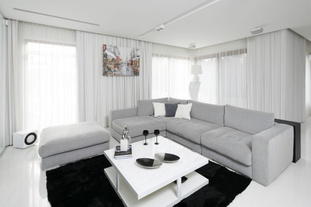Salon w białym kolorze pięknie będzie wyglądał urządzono zarówno w nowoczesnym, jak i w klasycznym stylu.