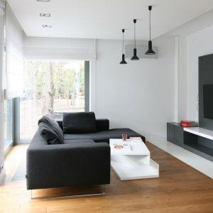 W salonie biel połączono z czernią i ciepły kolorem drewna Projekt: Katarzyna Kiełek, Agnieszka Komorowska-Różycka. Fot. Bartosz Jarosz