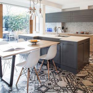 Kolor szary w strefie kuchennej to nie tylko dekory na frontach mebli. Projekt Tamara Tymowski Sybaris Design. Fot. Zajc