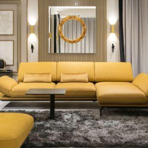 Modna sofa w żółtym kolorze. Fot. Galeria Wnetrz Domar