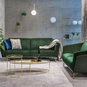 Modne, zielone sofy na nóżkach. Fot. Galeria Wnetrz Domar