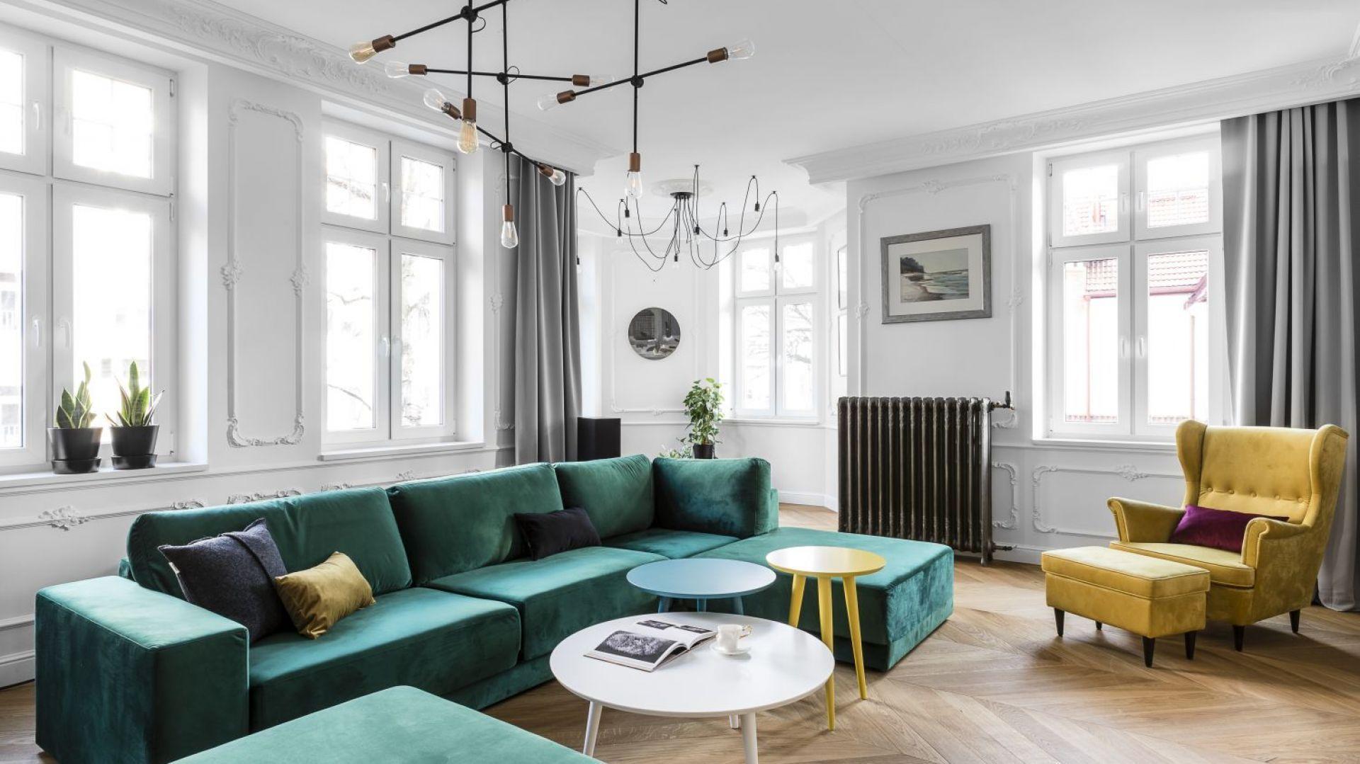 Piękne, jasne wnętrze z kanapą w kolorze butelkowej zieleni i żółtym, stylowym fotelem. Projekt: Anna Maria Sokołowska, pracownia Anna Maria Sokołowska Architektura Wnętrz. Fot. Fotomohito
