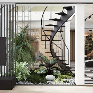 Na granicy salonu i holu pną się ku górze czarne, lekkie w formie metalowe schody, które prowadzą do królestwa dzieci. Projekt wnętrza: Paweł Łęczycki, modeko.studio