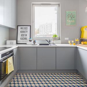 Szara kuchnia i podłoga z kolorowych płytek w geometrycznym wzorze i stylistyce vintage. Projekt: Decoroom. Fot. Pion Poziom