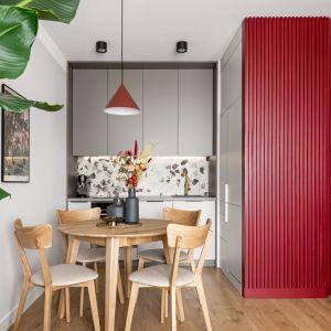 Lastryko na ścianie nad blatem w małej kolorowej kuchni. Projekt: Maria Nielubszyc, pracownia PURA design. Zdjęcia Jakub Nanowski