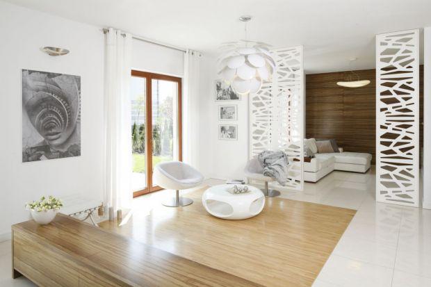 Jak dyskretnie, z niebywałą lekkością podzielić nawet niewielkie wnętrze na strefy funkcjonalne? Jak oddzielić salon od sypialni? Jak ciekawie przysłonić kawałek pomieszczenia? Z pomocą przychodzą ażurowe przegrody.<br /><br /><