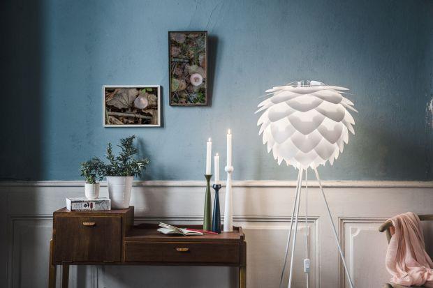 Oświetlenie to jeden z najważniejszych zakupów w każdym salonie. Jak oświetlić pokój dzienny zgodnie z najnowszymi trendami i stworzyć we wnętrzu przytulny i ciepły klimat? Zobacz nasze propozycje 20 wartych polecenia lamp.