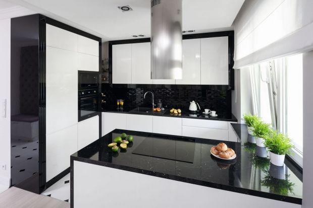 Ścianę nad blatem można wykończyć na wiele różnych sposobów. Najważniejsze, aby wybrać materiał trwały i estetyczny, który będzie pasował do całej aranżacji kuchni. Mogą to być płytki, szkło lub cegła. Wybór jest spory!