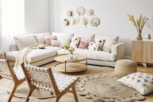 Jaki jest salon w stylu boho? Nieco vintage, przytulny i ciepły, z materiałami bliskimi naturze, w optymistycznych, ale pozwalających odpocząć kolorach. Czy taki jest twój wymarzony pokój dzienny w 2021 roku? Jeśli tak, zajrzyj do naszej galerii i
