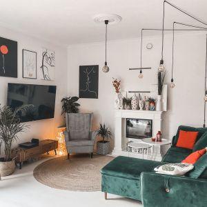 Fotel w biało-czarną kratkę świetnie pasuje do zielonej sfoy. Na zdjęciu: salon w domu blogerki Made by Ruda. Fot. Luxrad