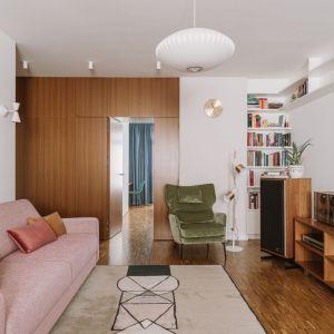 Zielony fotele w salonie urządzony w stylu retro. Projekt: Agata Ambrożewska, Agata Krzemińska, pracownia A+A. Fot. PION Studio