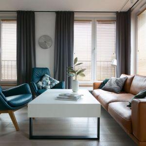 Niebieskie fotele w obiciu skórzanym zestawiono w salonie z sofą w brązowym kolorze (też skórzaną). Projekt:  MIKOŁAJSKAstudio. Fot. Jakub Dziedzic (Wnętrza Kraków)