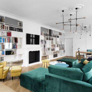 Żółty fotel uszak w zestawie zieloną sofą świetnie ożywiają jasny, stylowy salon. Projekt: Anna Maria Sokołowska. Fot. Fotomohito