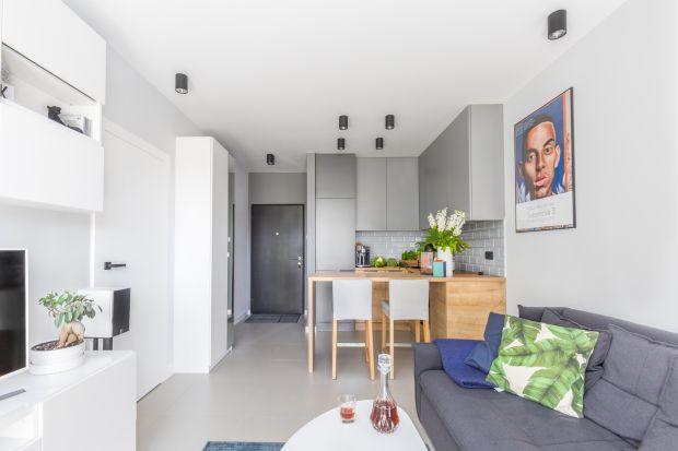 W niewielkim mieszkaniu aneks kuchenny to podstawowe rozwiązanie aranżacyjne – brak ograniczeń między kuchnią a salonem optycznie powiększa niewielką przestrzeń.
