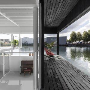 """Floating Home - projekt pływającego na amsterdamskim kanale domu - jest częścią """"pływającej wioski"""" złożonej z 49 w pełni zrównoważonych domów. Projekt i zdjęcia: pracownia i29"""