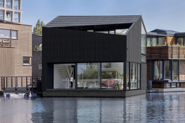 Ten dom pływa po kanale w Amsterdamie! Zobaczcie, jak wygląda w środku!