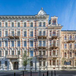 Budynki, które w latach 1895-1898 zbudował Artur Otton Spitzbarth, wyróżniały się wręcz pałacowym przepychem.