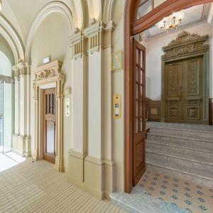 Obie kamienice jako jedne z nielicznych zabytków warszawskiego śródmieścia szczęśliwie przetrwały II wojnę światową, dzięki czemu w ich wnętrzach ocalało wiele autentycznych XIX-wiecznych detali.