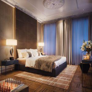 W apartamentach Foksal 13/15 króluje elegancja we współczesnym wydaniu. Projektant w harmonijny sposób wpisał designerskie meble, oświetlenie i wysmakowane detale w historyczne wnętrza kamienic z bogato zdobionymi sztukateriami i wzorzystymi parkietami z końca XIX wieku. Wykończenie cechują najwyższej jakości naturalne materiały, takie jak marmur, egzotyczne drewno, metal i aksamit.