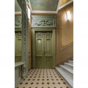 Wystawne klatki schodowe wypełniają posadzki z białego marmuru i ręcznie kute balustrady, a wejść do apartamentów zdobią supraporty i portale wejściowe w formie rozbudowanych gzymsów, odwołujące się do różnych stylistyk: klasycznej, barokowej i rokokowej, wypełnione płaskorzeźbionymi scenami figuralnymi, rocailliami i motywami roślinnymi.