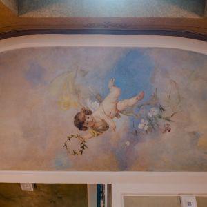 W budynku znajdziemy też odrestaurowane malowidła ścienne z neobarokowymi motywami.