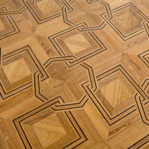 Pięknym detalom zabytkowym towarzyszą równie ozdobne wykończenia podłóg wykonanych z naturalnego drewna. W kamienicach Foksal 13/15 wyróżniono aż dziewiętnaście typów parkietów – począwszy od prostej podłogi białej, aż po bardzo złożone, geometrycznie wyszukane rozwiązania. Starannie dobrane barwy i słoje drewna znacząco wzmacniają efekt plastyczny, w najbardziej wyszukanych przykładach pozwalając na uzyskanie iluzji trójwymiarowości.