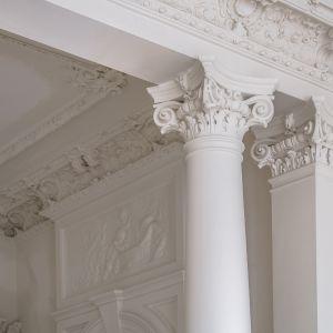 Niezwykłym pięknem i finezyjnym wykonaniem odznaczają się rozety sztukatorskie oraz listwy, które zdobią sufity apartamentów. Charakteryzują się niezwykłą różnorodnością motywów i wzorów. Wszystkie bogato ornamentowane, utrzymane są w stylistyce barokowej, rokokowej lub klasycznej. Oprócz motywów antycznych, rozbudowanych ornamentów roślinnych i rocaille'owych, znalazły się też uskrzydlone główki, elementy groteski, a także symbole sztuk i nauk.