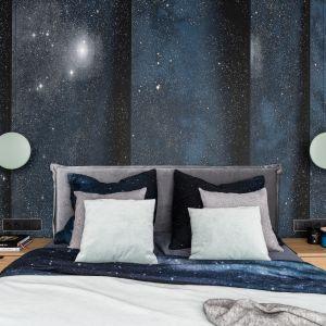 Na ścianie za wezgłowiem łóżka znajduje się grafika marki London Art z motywem gwieździstego nieba. Projekt: Estera i Robert Sosnowscy, pracownia Studio Projekt. Fot. Katarzyna Seliga-Wróblewska, Marcin Wróblewska, Fotomohito