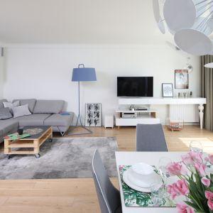 Biel optycznie powiększa przestrzeń salonu. Projekt Laura Sulzik. Fot. Bartosz Jarosz