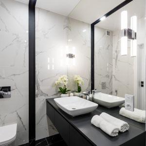 Nowoczesna łazienka w jasnych kolorach. Projekt i zdjęcia: Moovin Interiors