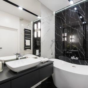 Z uwagi na intensywność marmuru, projekt łazienki wymaga od nas niemałej dozy wnętrzarskiej powściągliwości, samo wnętrze odwdzięczy się jednak szykownością swojego stylu. Projekt i zdjęcia: Moovin Interiors
