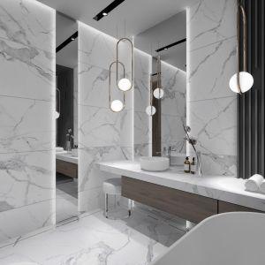 W projekcie pomieszczeń, w którym zastosujemy marmur, nie powinniśmy używać intensywnych barw. Warto za to pokusić się o kontrast w postaci bieli armatury i czarnych dodatków, takich jak blaty, grzejnik czy klamki. Projekt i zdjęcia: Moovin Interiors
