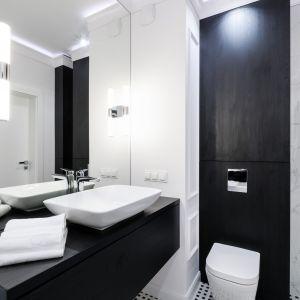 Nowoczesna łazienka urządzona w biało-czarnej kolorystyce. Projekt i zdjęcia: Moovin Interiors