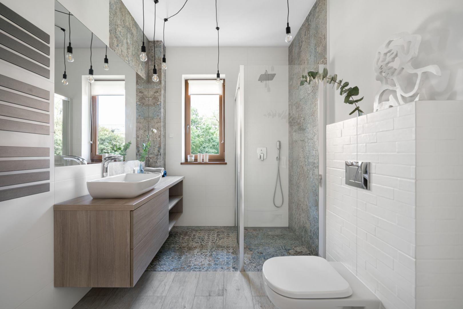 Wygodną łazienkę w prysznicem urządzono w jasnych kolorach.  Projekt: MM Architekci. Fot. Jeremiasz Nowak