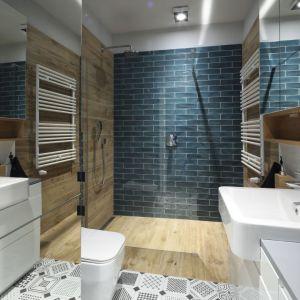 W nowoczesnej łazience połączono biel, drewno i kolor niebieski. Projekt: Maciejka Peszyńska-Drews. Fot. Bartosz Jarosz