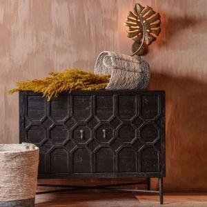 2-drzwiowa szafka Bequest marki Be Pure – piękny mebel ze starej sosny z antycznym, czarnym wykończeniem, z ozdobionymi orientalnym, reliefowym wzorem frontami. Fot. Dutchhouse.pl