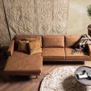 Sofa narożna Rodeo marki Be pure ma wysokie nóżki, które dodają masywnemu meblowi lekkości i optycznie go pomniejszają. Fot. Dutchhouse.pl