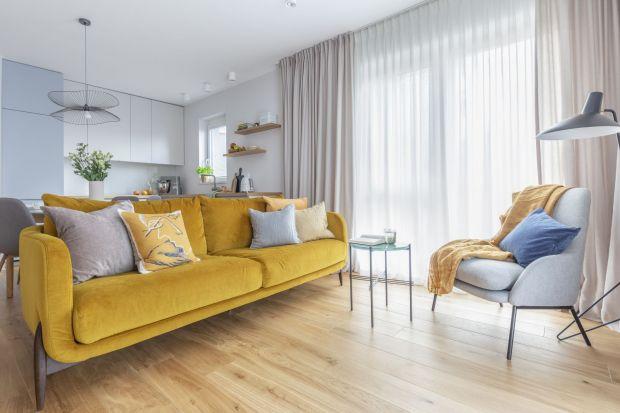 Welurowa sofa to must have tego sezonu. Prezentuje się niezwykle efektownie i robi wrażenie.