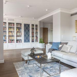 W przestronnym salonie zaplanowano sporo miejsca na książki.  Domowa biblioteczna jest też niezwykle stylowa. Projekt: Decoroom. Fot.Pion Poziom