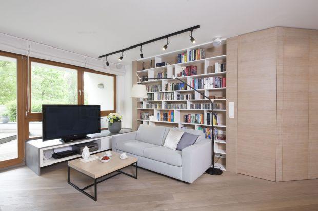 Jak ustawić książki w salonie? Jakie meble na książki wybrać? Jak urządzić domową biblioteczkę w salonie? Zobaczcie świetne pomysły, które dla was przygotowaliśmy.<br /><br /><br />