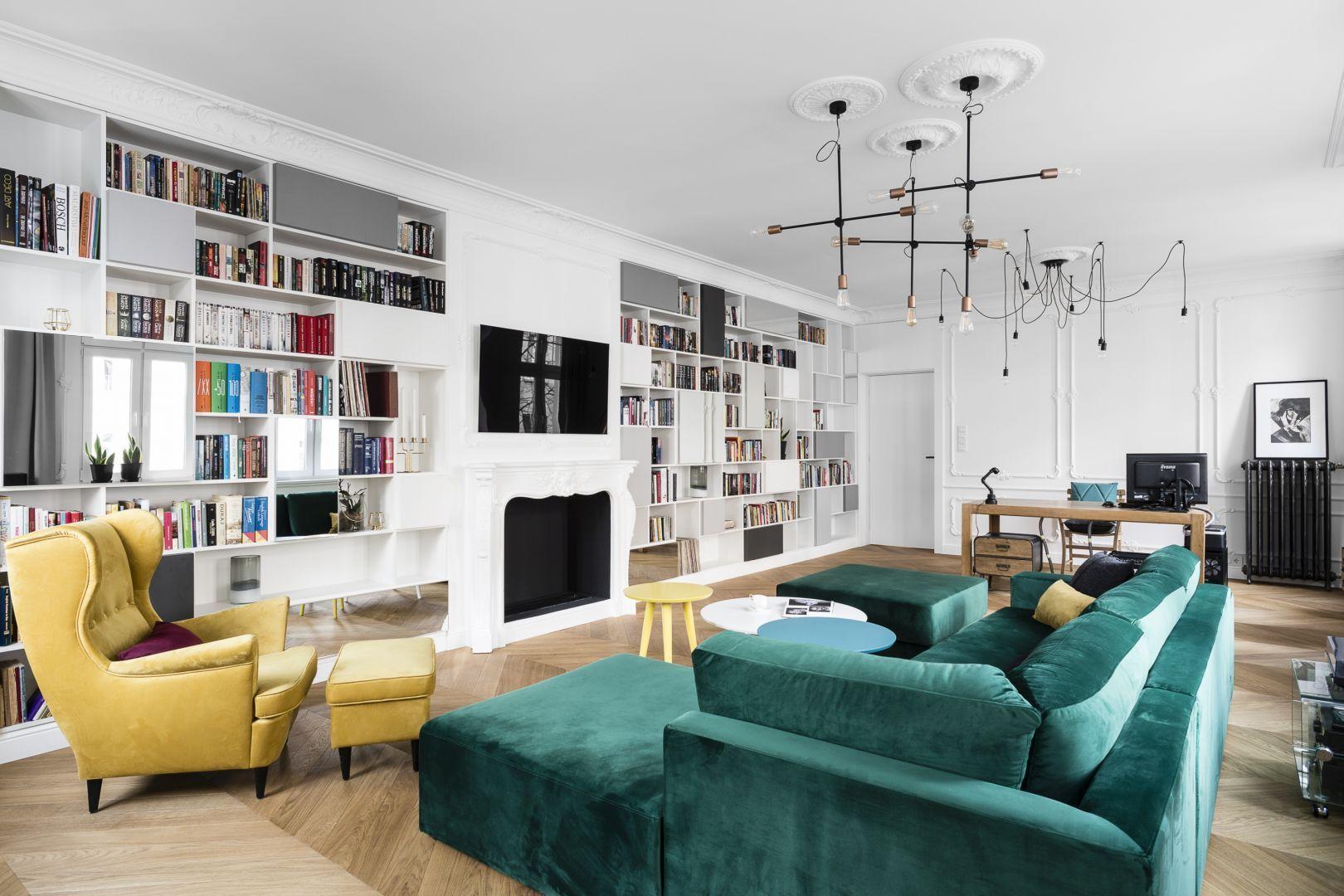 W tym salonie miejsca na książki nie brakuje. Otwarte półki zajmują całą ścianę. Projekt: Anna Maria Sokołowska. Fot. Fotomohito