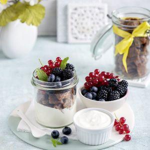 Domowe płatki śniadaniowe z jogurtem i owocami. Fot. Thermomix
