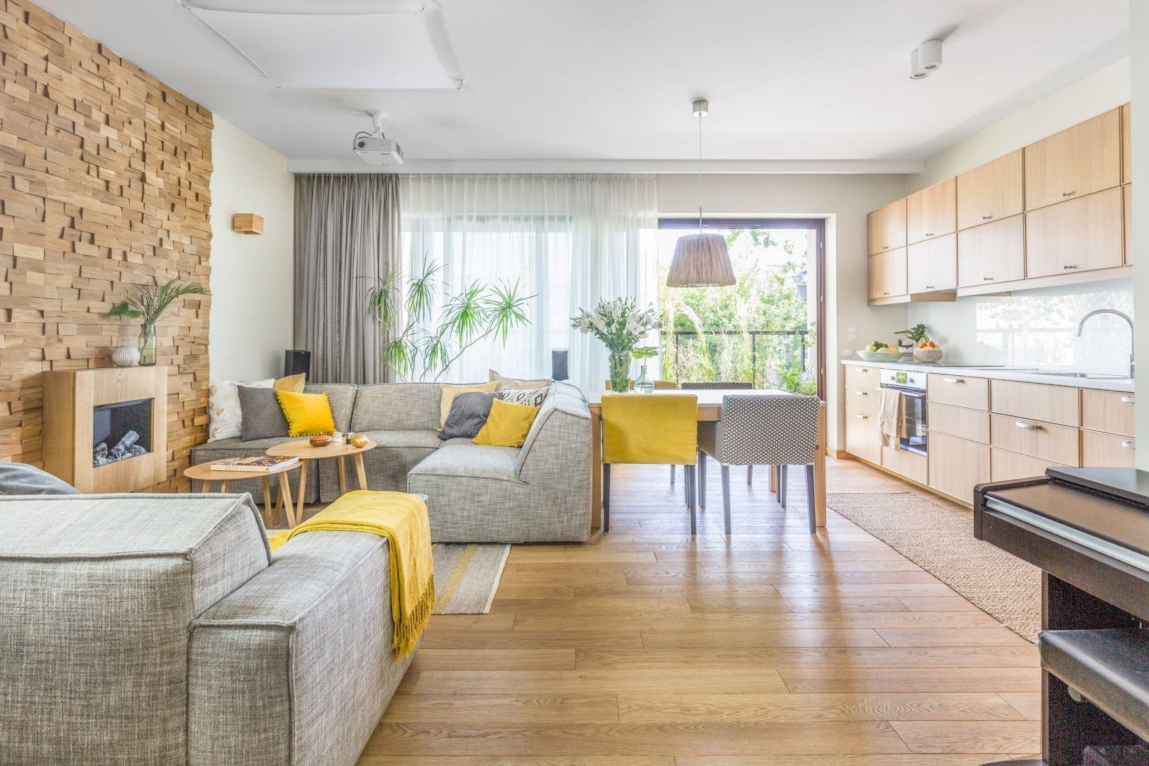 Przytulny salon urządzony w kolorach roku 2021. Projekt: Dorota Kudła. Fot. Pion Poziom