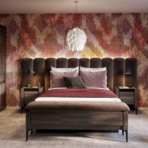 Sercem sypialni jest szerokie i wygodne łóżko z niebanalnym, tapicerowanym zagłówkiem, który zapewnia komfortowe oparcie i nadaje wnętrzu wyjątkowy klimat. Fot. Notte