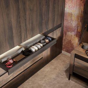 W kolekcji znajdują się dwie bardzo pojemne szafy. Obie posiadają symetryczny układ wnętrza, który pozwala wydzielić dwie oddzielne strefy – dla niej i dla niego. Fot. Notte