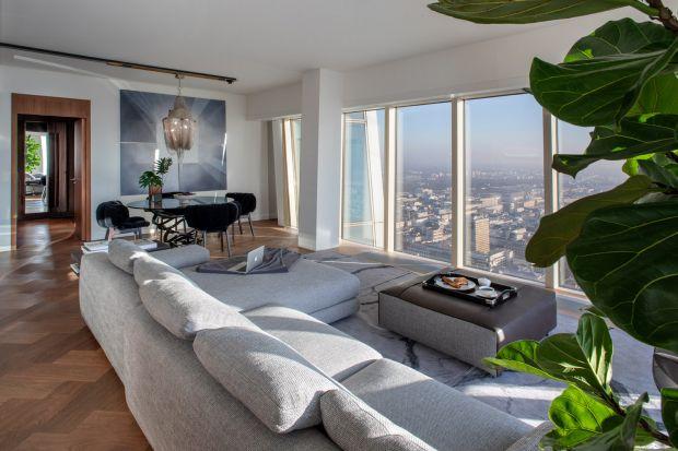 Złota 44 to jeden z najbardziej prestiżowych adresów w stolicy. Wieżowiec projektu Daniela Libeskinda kształtem nawiązuje do skrzydła orła. Jego szczyt zwykle jest zatopiony w chmurach, podobnie jak apartament, którego projekt powierzono architek