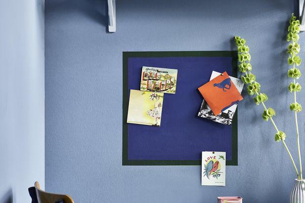 Kolor niebieski inspiruje i pobudza kreatywność, a tego potrzeba nam najbardziej, gdy pracujemy. Annie Sloan, ekspertka w dziedzinie kolorów i dekoracji, dzieli się prostym i efektownym pomysłem na stworzenie domowego kącika pracy w pogodnych odcien