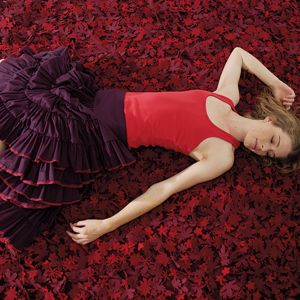 Taki odcień czerwieni jak na tym pięknym dywanie Nanimarquina Little Field of Flowers może wkrótce zagościc w wielu zestawieniach modnych kolorów 2021 roku. Fot. Nanimarquina