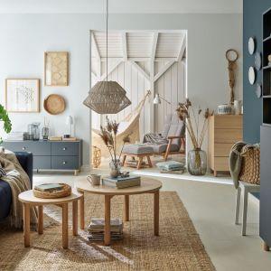 Drewno, rattan, piękne kolory z palety niebieskiego - pomysł na modny salon w 2021 roku. fot. VOX