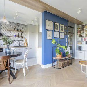 Mała jadalnia w bloku - okrągły stół i krzesła w stylu retro. Projekt: Joanna Dziurkiewicz, Tworzywo studio. Zdjęcia Pion Poziom